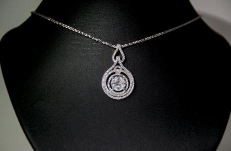 Pendentif or gris et diamants